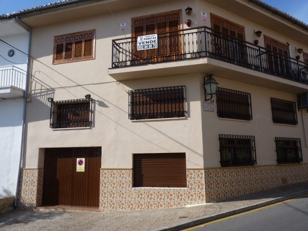 Well located enormous family home, 5 bedrooms, Garage.properties/12/02.jpg