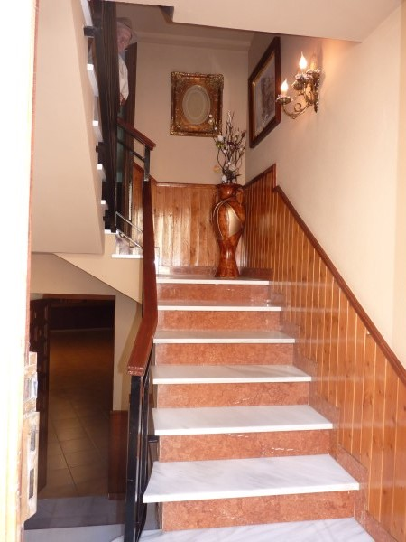 Well located enormous family home, 5 bedrooms, Garage.properties/12/09.jpg