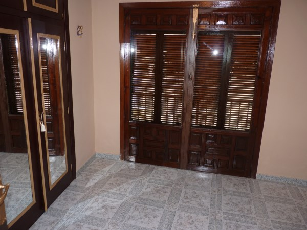 Well located enormous family home, 5 bedrooms, Garage.properties/12/10.jpg