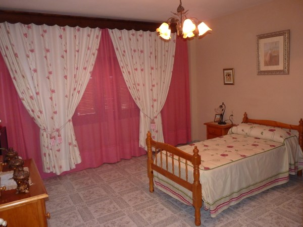 Well located enormous family home, 5 bedrooms, Garage.properties/12/12.jpg