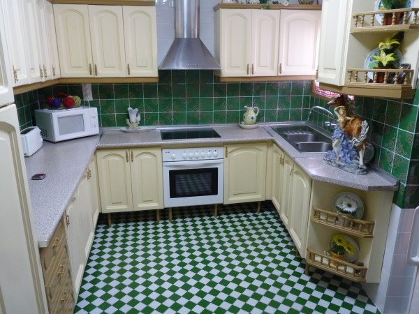 Well located enormous family home, 5 bedrooms, Garage.properties/12/17.jpg