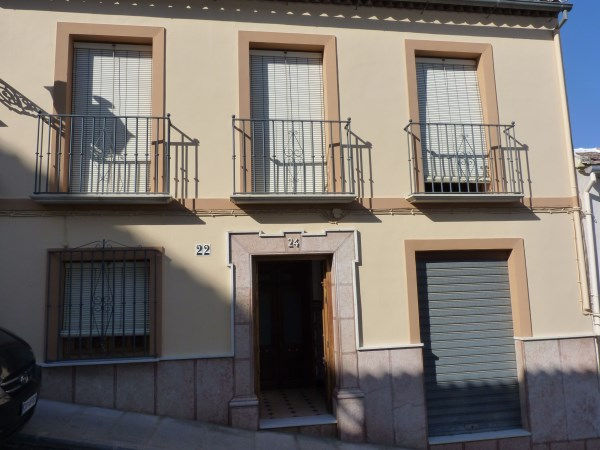 Large well priced 3 bedroomed corner house with garage in central Antequera town.properties/38/01.jpg