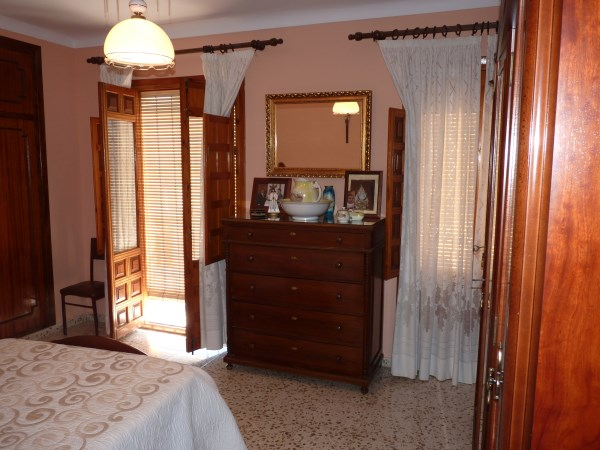 Large well priced 3 bedroomed corner house with garage in central Antequera town.properties/38/10.jpg