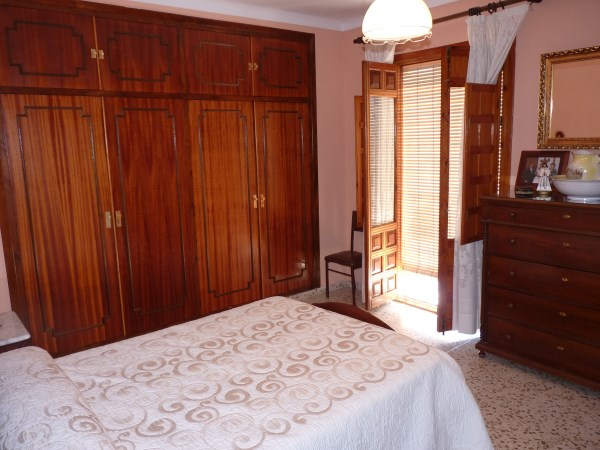 Large well priced 3 bedroomed corner house with garage in central Antequera town.properties/38/11.jpg