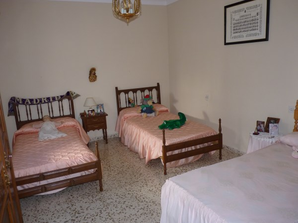 Large well priced 3 bedroomed corner house with garage in central Antequera town.properties/38/12.jpg