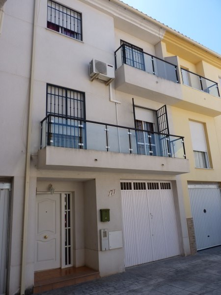Nicely presented 3 bedroom townhouse near Antequera Sports Club. Large garage. .properties/42/01.jpg