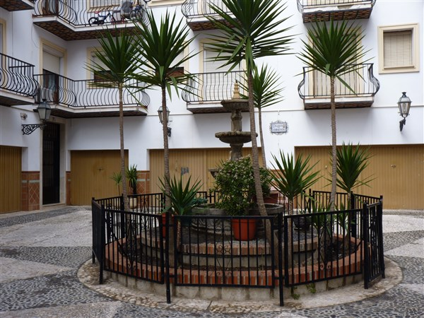 Very well located 3 bedroom apartment in private courtyard