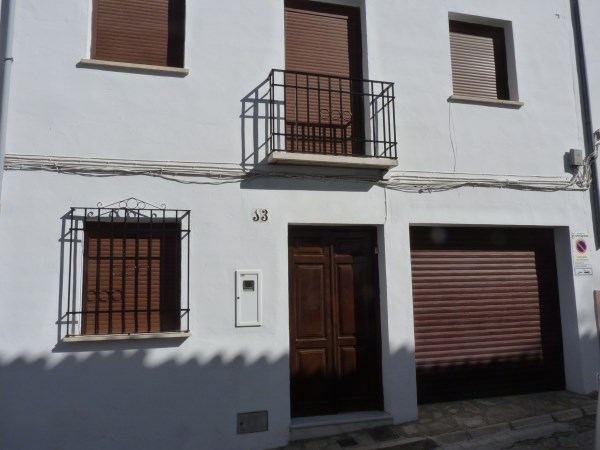 Fully modernised 2 Bedroom townhouse in the centre of the old town. Garage.